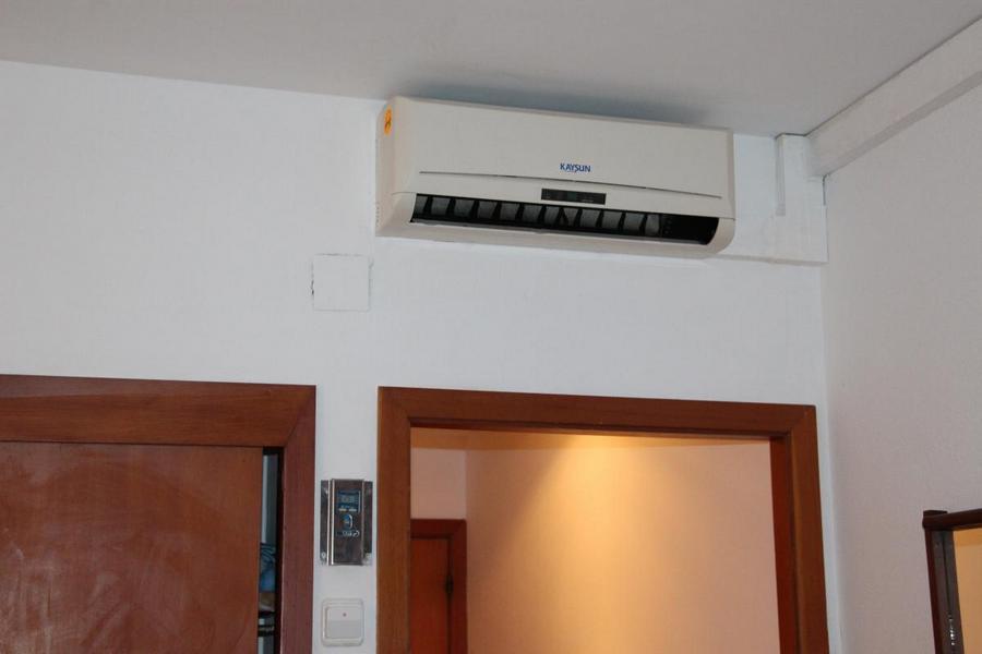 кондиционер над дверью