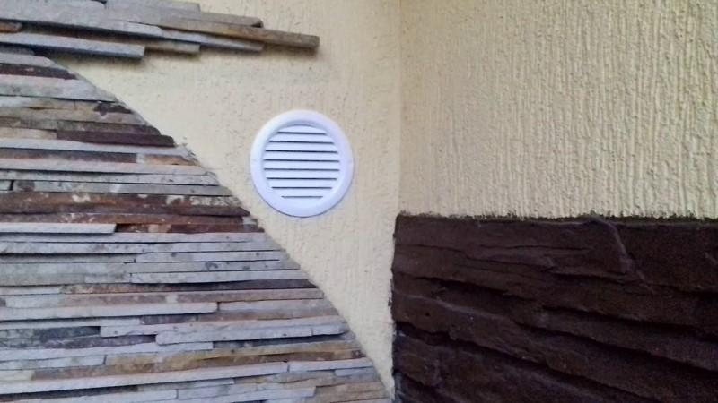 вентиляция в каркасном доме, установка диффузора в стену