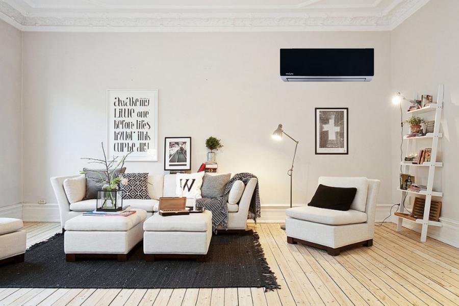 светлая комната с черным внутренним блоком климат-системы